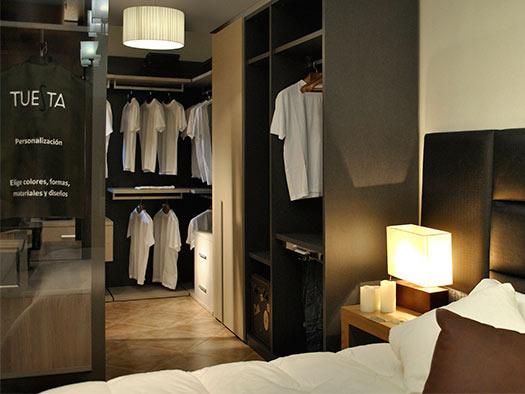 Tuesta-proyectos-interiorismo-vestidor-aluminio-cristal-moderno-laca-abierto