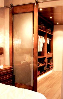 Tuesta-proyectos-interiorismo-vestidor-cerezo-macizo-clasico-puerta-corredera-cristal
